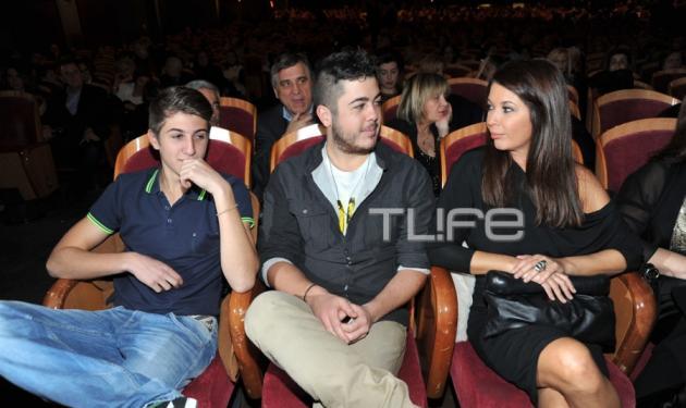 Σ. Αλιμπέρτη: Στην πρώτη σειρά για να απολαύσει τον Γ. Πάριο με τους δύο γιους τους | tlife.gr