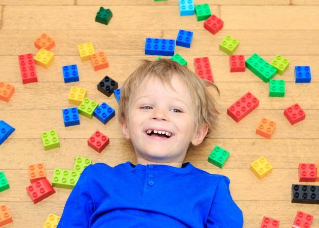 Τουβλάκια: Ήξερες πόσο ευεργετικό είναι το παιχνίδι με κατασκευές για τα παιδιά; | tlife.gr