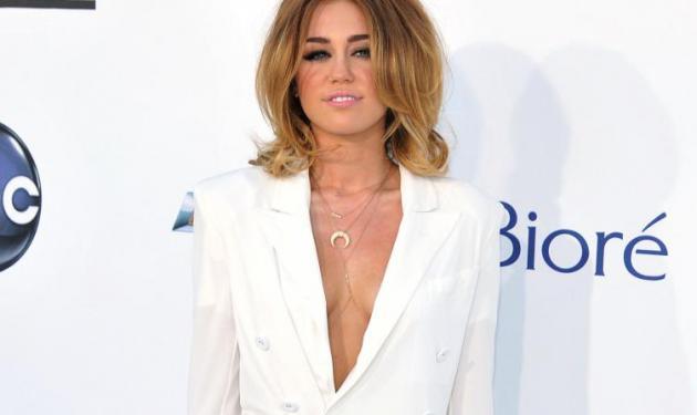M. Cyrus: Πήγε στα βραβεία Billboard, μόνο με το… σακάκι της! | tlife.gr