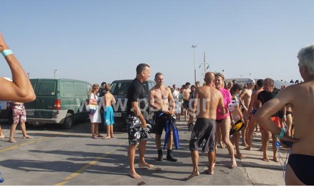 O Tom Hanks διασχίζει κολυμπώντας το στενό Πάρου – Αντιπάρου! Βίντεο | tlife.gr