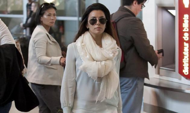 H Eva Longoria μας δείχνει τους sexy γλουτούς της ποζάροντας στο αεροδρόμιο του Παρισιού! | tlife.gr