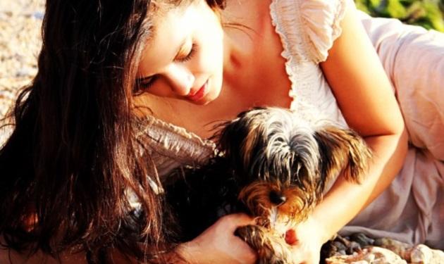 Μ. Κορινθίου: Η αγάπη για τα ζώα και οι πόζες με τα σκυλιά της στην παραλία!