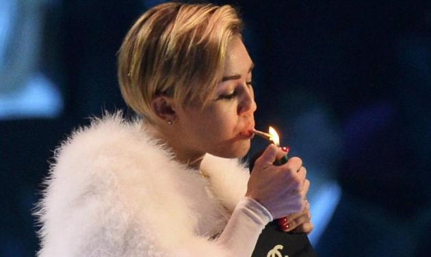 Η σέξι, Miley Cyrus, άναψε ύποπτο τσιγάρο στη σκηνή των MTV Awards 2013! Φωτό και βίντεο | tlife.gr