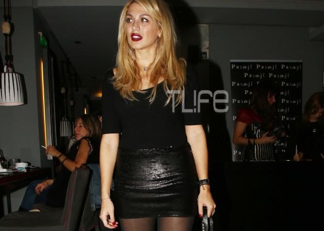 Κωνσταντίνα Σπυροπούλου: Με σούπερ μίνι στο κέντρο της Αθήνας! | tlife.gr