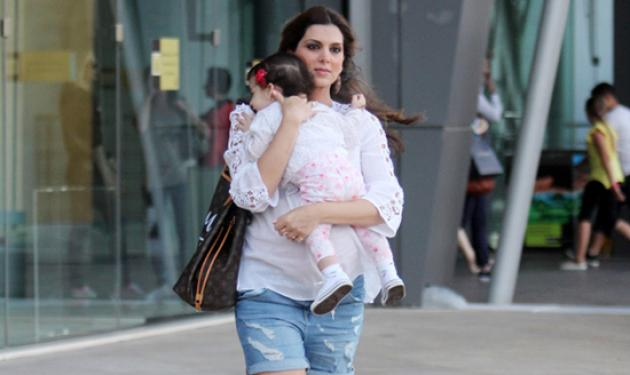 Σταματίνα Τσιμτσιλή: Η γλυκιά φωτογραφία με την κόρη της να την ταΐζει στο στόμα   tlife.gr
