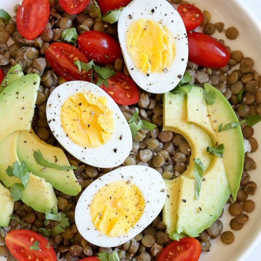 Φακές με αυγό και αβοκάντο | tlife.gr