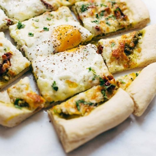 Πίτσα με πέστο και αυγά | tlife.gr