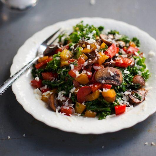 Ζεστή σαλάτα με σπανάκι και μανιτάρια | tlife.gr