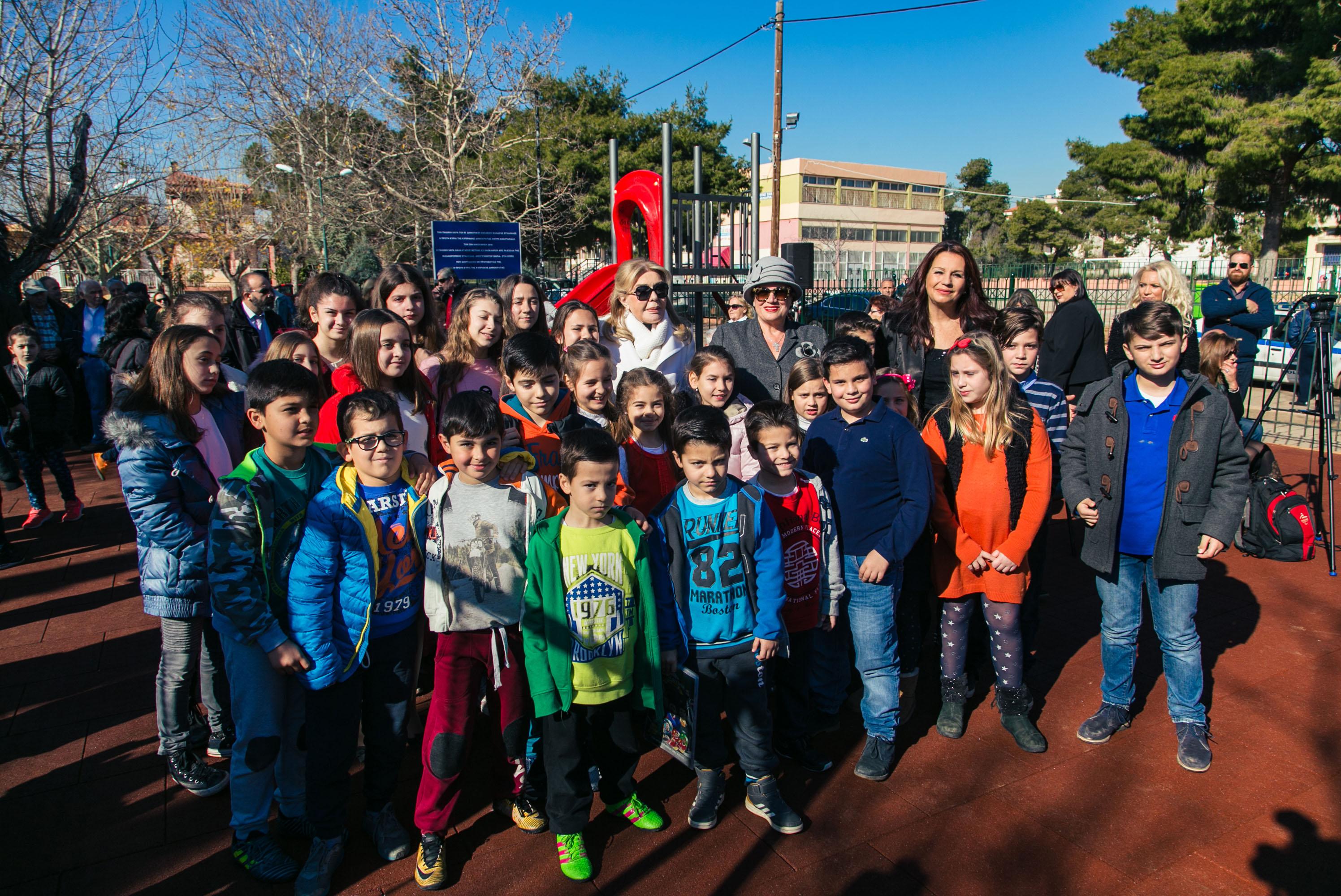 Μαριάννα Β. Βαρδινογιάννη – Άντρη Aναστασιάδη: Εγκαινίασαν την Παιδική Χαρά του 2ου Δημοτικού Σχολείου της Μάνδρας Αττικής | tlife.gr