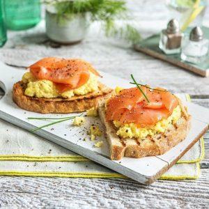 Ψωμί του τοστ με scrambled eggs και σολομό