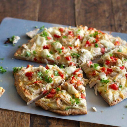 Πίτσα με λευκή σάλτσα και κοτόπουλο | tlife.gr