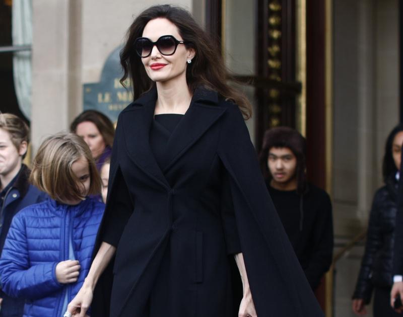 Angelina Jolie: Με chic εμφάνιση και τα παιδιά της δίπλα της, στο Μουσείο του Λούβρου στο Παρίσι! [pics] | tlife.gr