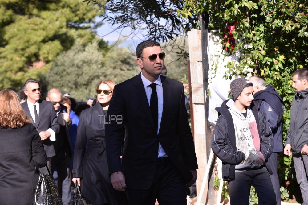 Βασίλης Κικίλιας: Με την Τζένη Μπαλατσινού στην κηδεία του Τζίμη Πανούση   tlife.gr