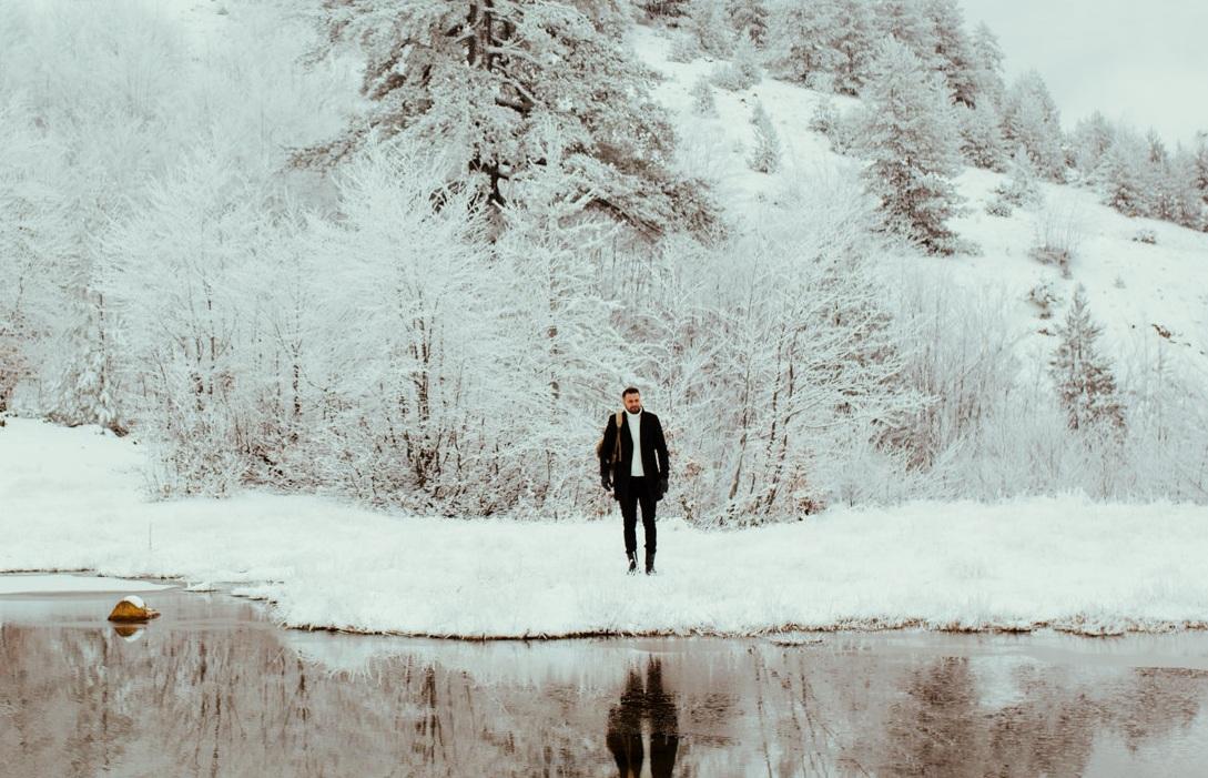 Ηλίας Βρεττός: Στα χιόνια για το video clip του νέου τραγουδιού του, «Φώναξέ με» [pics]   tlife.gr
