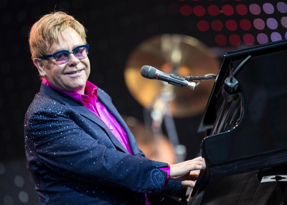 Συντετριμμένος ο Elton John στην κηδεία της μητέρας του | tlife.gr