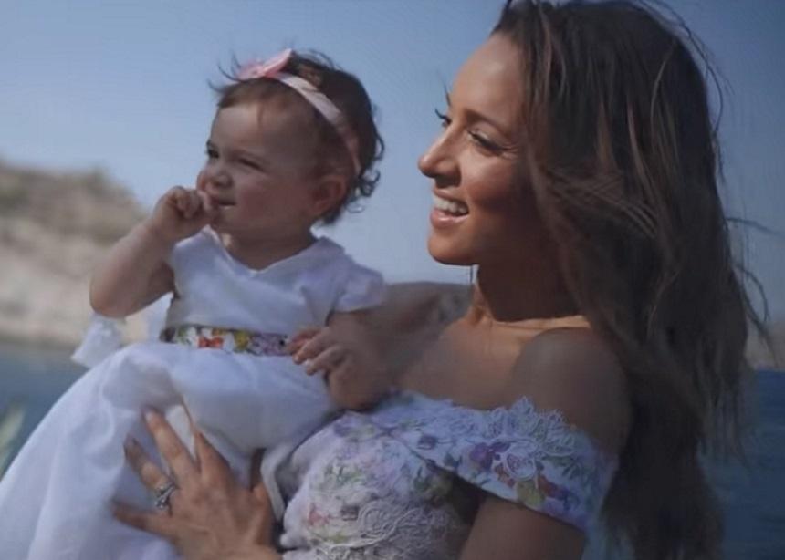 Καλομοίρα: Νέο τραγούδι αφιερωμένο στα παιδιά της και video clip με εικόνες από τη βάφτιση της μικρής! | tlife.gr