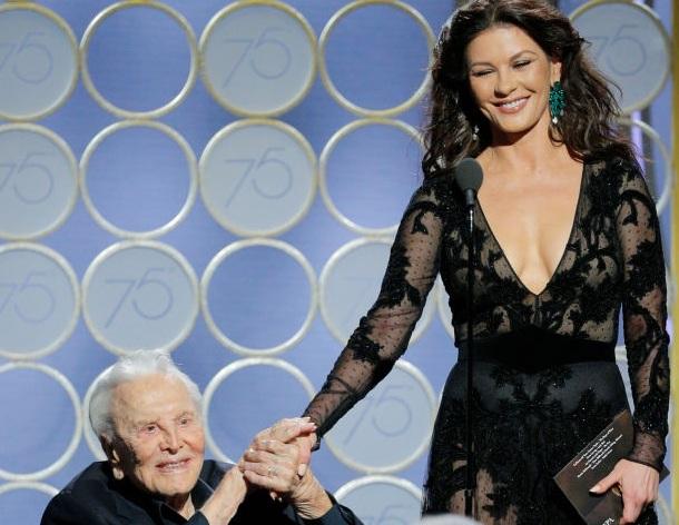 Kirk Douglas: Στα 101 του χρόνια έκλεψε την παράσταση στις Χρυσές Σφαίρες μαζί με την νύφη του! [pics]