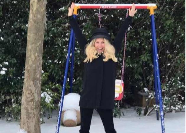 Ελένη Μενεγάκη: Φωτογραφήθηκε στο χιονισμένο κήπο της! [pics] | tlife.gr