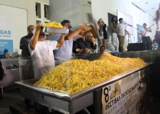 Η Νάξος μπήκε στο ρεκόρ Γκίνες για τις τηγανιτές πατάτες! Δες το μυστικό για πεντανόστιμες πατάτες από τον Χρήστο Νέζο! video   tlife.gr
