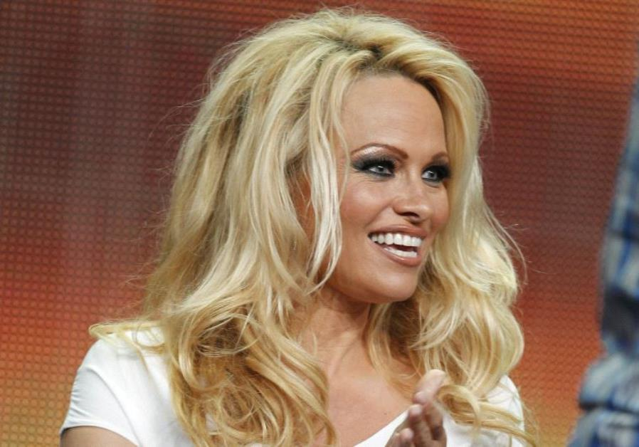 Ποιον επισκέφτηκε η Pamela Anderson στο Λονδίνο; | tlife.gr