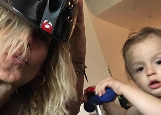 Άννα Βίσση: Υποδέχτηκε στο αεροδρόμιο την κόρη της και τα εγγόνια της! [pic] | tlife.gr