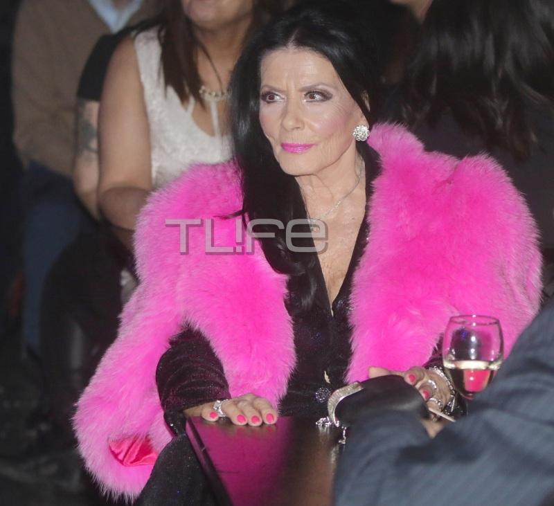 Ζωζώ Σαπουντζάκη: Έκλεψε την παράσταση με την φούξια γούνα της στο ρεβεγιόν! [pics] | tlife.gr