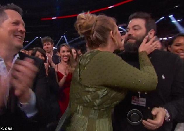Adele: Επιβεβαίωσε τον γάμο της στα βραβεία Grammy! [vid] | tlife.gr