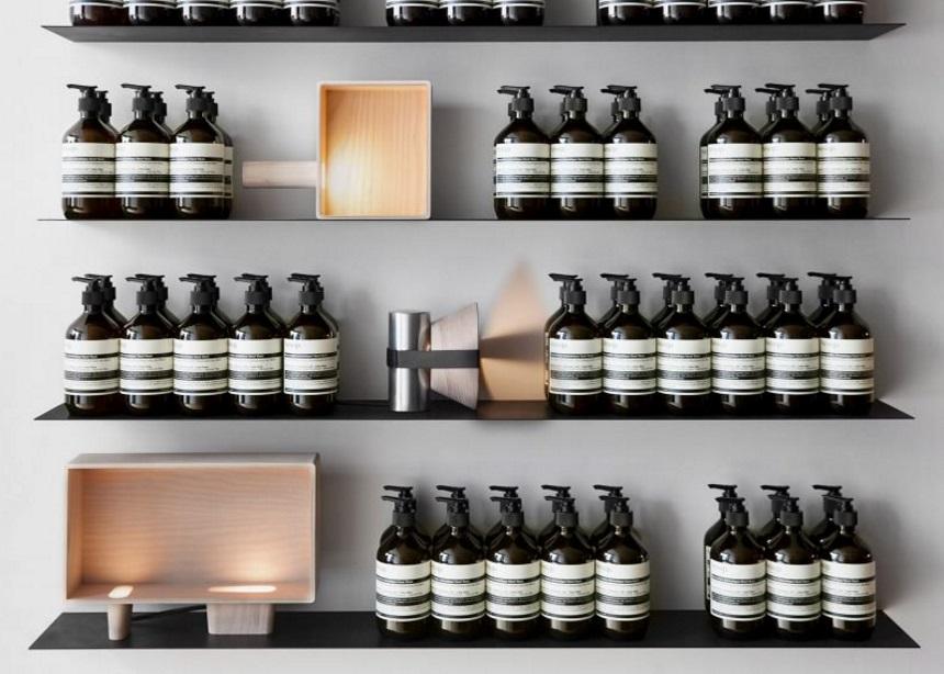 Αυτά τα φωτιστικά installations φτιάχτηκαν για να ρίξουν… φως στα προϊόντα της Aesop! | tlife.gr