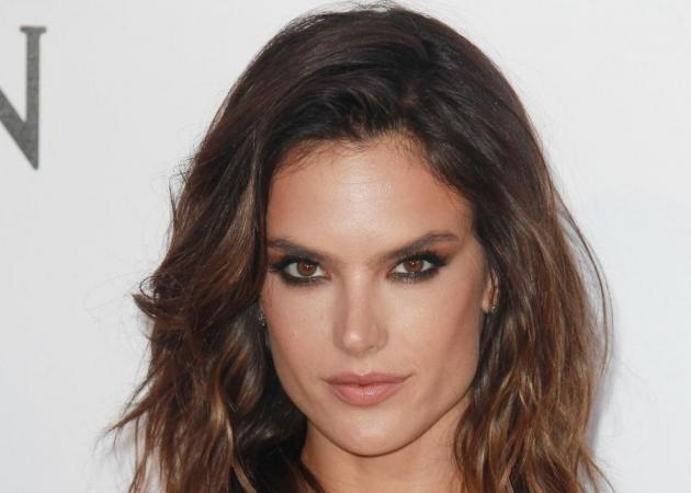 Alessandra Ambrosio: Μας δείχνει τους sexy κοιλιακούς της και αναπολεί το καλοκαίρι | tlife.gr
