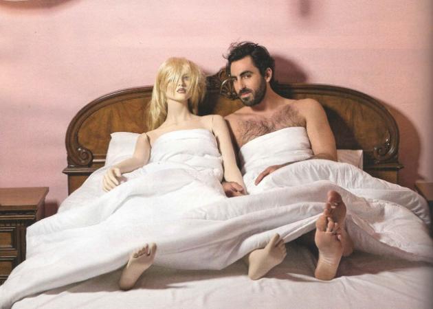 Γιάννης Αποστολάκης: Στο κρεβάτι αγκαλιά με φουσκωτή κούκλα! [pics]