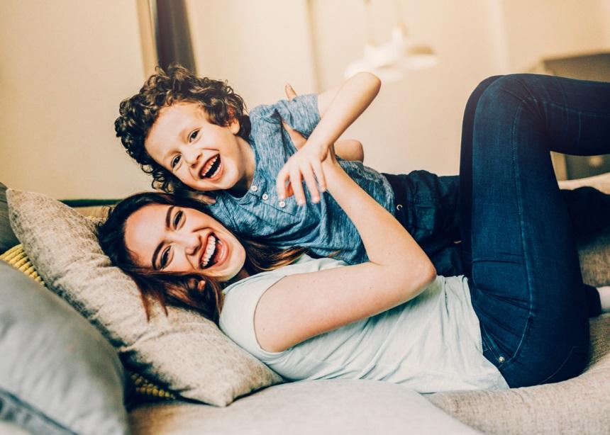 Παιχνίδι στο σπίτι: Πέντε ιδέες για τα παιδιά όταν έξω βρέχει… καρέκλες! | tlife.gr