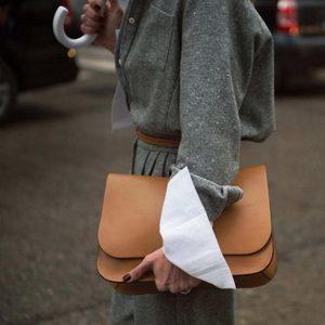 Το χρώμα που θα κάνει την τσάντα σου να δείχνει πιο ακριβή!
