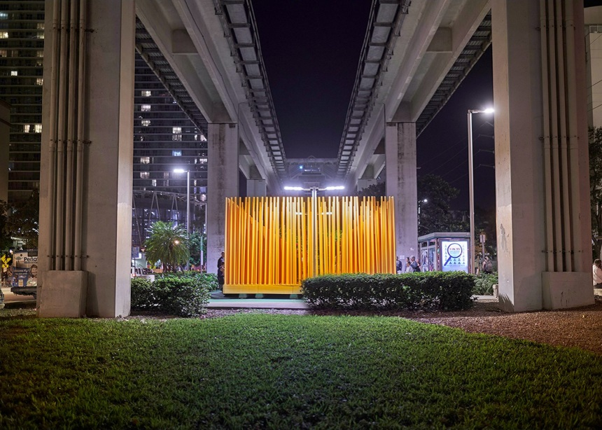 Αυτή η πορτοκαλί εγκατάσταση που βραβεύτηκε στην Miami Art Basel φτιάχτηκε από φοιτητές | tlife.gr