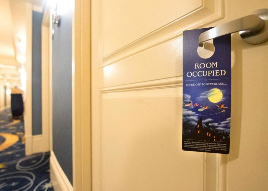 """Τα ξενοδοχεία της Disney καταργούν το σήμα """"Μην Ενοχλείτε""""   tlife.gr"""