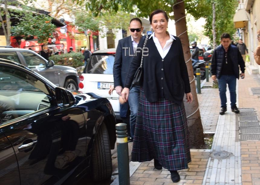 Ντόρα Μπακογιάννη: Με casual look στο Κολωνάκι [pics] | tlife.gr