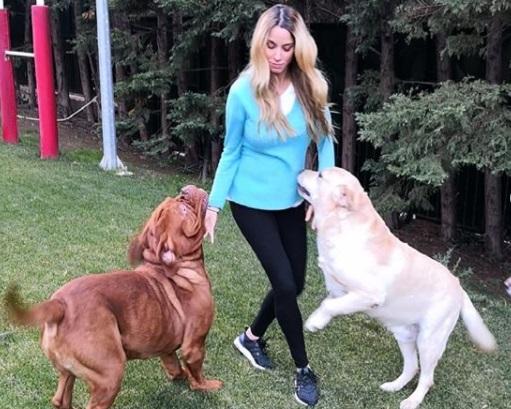 Δούκισσα Νομικού: Τα παιχνίδια με τα σκυλιά της στον κήπο της, στο 8ο μήνα της εγκυμοσύνης της! [pics] | tlife.gr