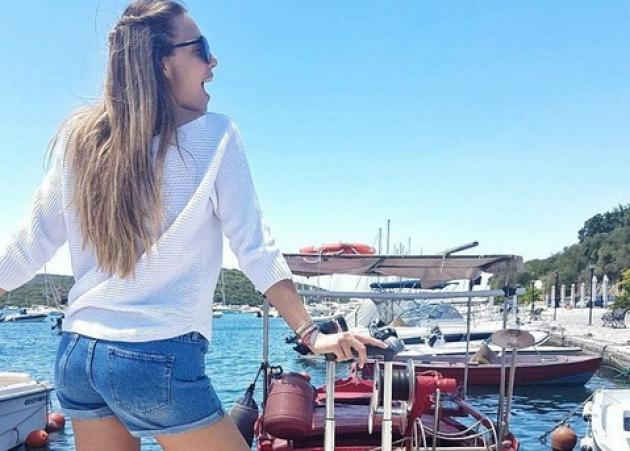 Αντωνία Καλλιμούκου: Ποιο Baywatch; Δες την σέξι πόζα της με κόκκινο ολόσωμο μαγιό!   tlife.gr