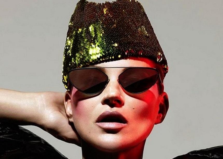 H Kate Moss ποζάρει φορώντας τα πιο avant-garde γυαλιά που έχεις δει ποτέ | tlife.gr