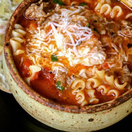 Σούπα με φουσίλι και μείγμα τυριών | tlife.gr