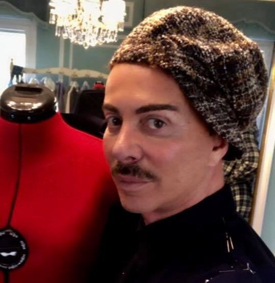 Λάκης Γαβαλάς: Κάνει πρόβα σε ένα υπέροχο φόρεμα στο ατελιέ της κουμπάρας του! [pics]   tlife.gr