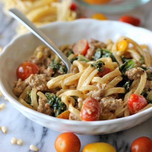 Λινγκουίνι με κρεμώδη σάλτσα λεμονιού και crumbled λουκάνικο | tlife.gr