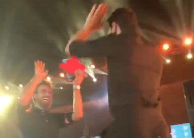 Σάκης Ρουβάς: Η στιγμή βράβευσής του από τον Μαχητή, Μάριο Ιωαννίδη! Video | tlife.gr