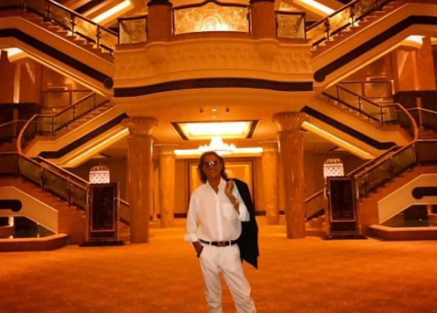 Ο Ηλίας Ψινάκης σε παλάτι στα Αραβικά Εμιράτα! Φωτογραφίες και βίντεο