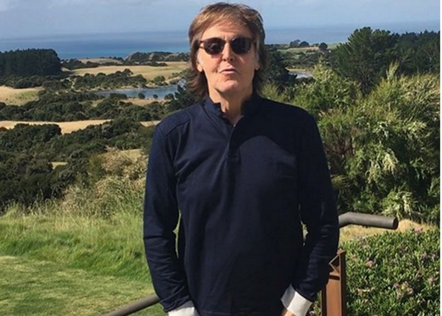 Paul McCartney: Ο φίλος του έγινε Σερ | tlife.gr