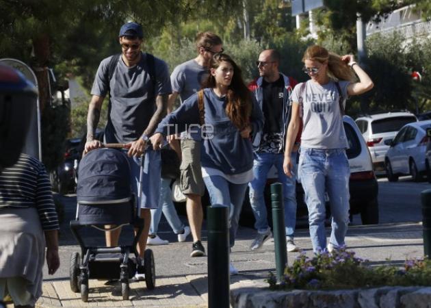 Γιώργος Πρίντεζης – Στέλλα Κωστοπούλου: Βόλτα με την νεογέννητη κόρη τους στην Γλυφάδα! [pics]   tlife.gr
