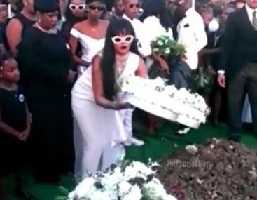 Rihanna: Συντετριμμένη στην κηδεία του ξαδέλφου της! [pics,vid] | tlife.gr