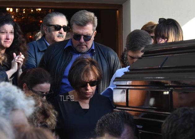 Το τελευταίο αντίο στον Γιώργο Σαρρή – Απαρηγόρητη η αδερφή του, Χαρούλα Αλεξίου | tlife.gr