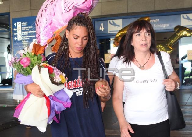 Eυριδίκη Βαλαβάνη: Τα ράστα μαλλιά και η συγκινητική αγκαλιά της μητέρας της στο αεροδρόμιο! [pics]   tlife.gr
