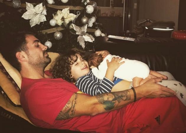 Στέλιος Χανταμπάκης: Τρυφερές στιγμές με τα μωρά του! | tlife.gr