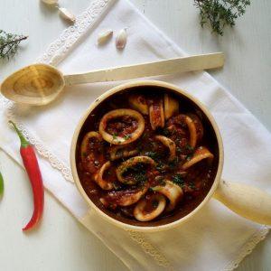 Φρέσκο καλαμάρι στην κατσαρόλα με ντομάτα, ελιές και κάπαρη